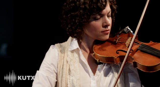 "Watch Carrie Rodriguez perform ""Frio en el Alma"" via VuHaus"